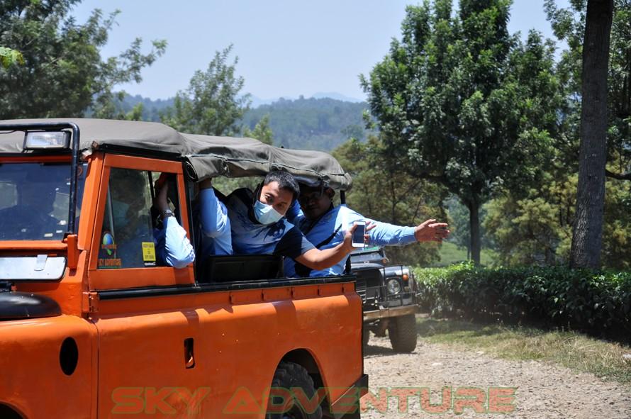 wisata alam dengan land rover melalui kebun teh, gambung, gunung tilu, riung gunung, kampung laspada, rahong, situ cileunca, citere (12)