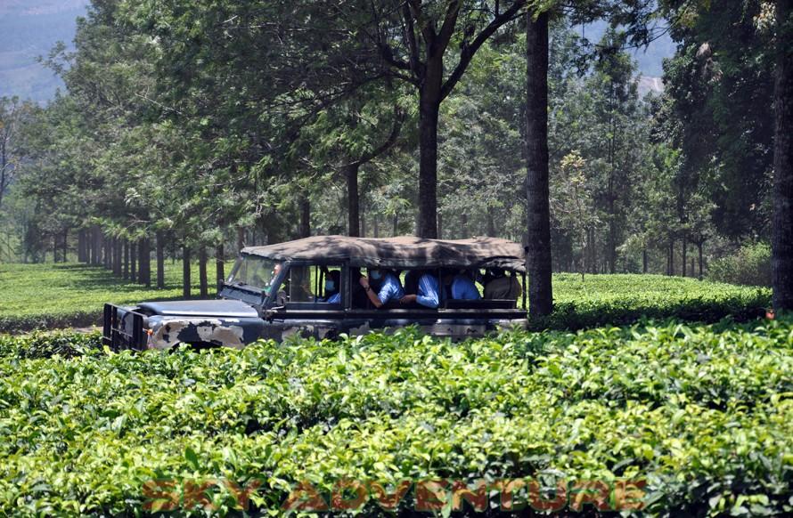 wisata alam dengan land rover melalui kebun teh, gambung, gunung tilu, riung gunung, kampung laspada, rahong, situ cileunca, citere (15)