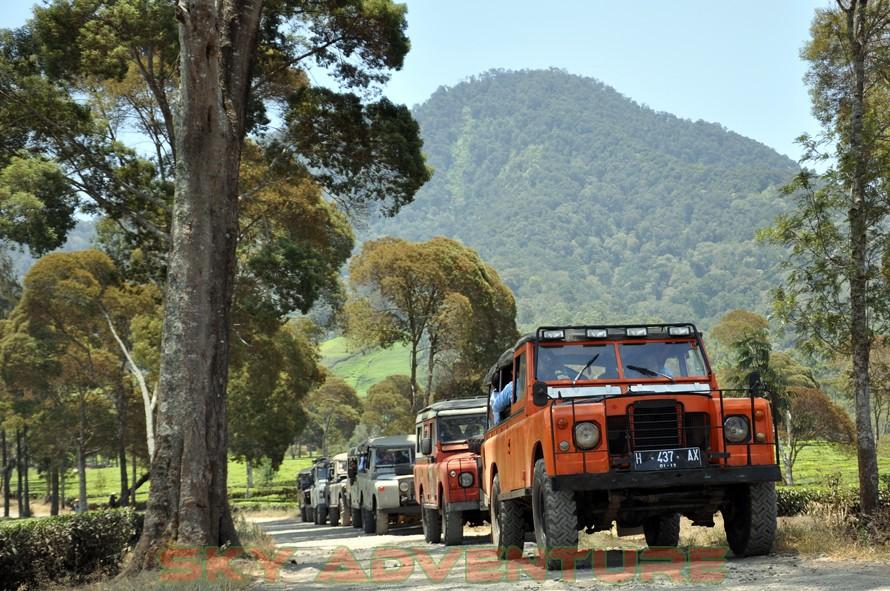 wisata alam dengan land rover melalui kebun teh, gambung, gunung tilu, riung gunung, kampung laspada, rahong, situ cileunca, citere (4)