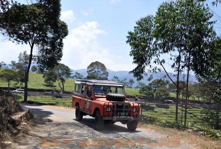 wisata alam dengan land rover melalui kebun teh, gambung, gunung tilu, riung gunung, kampung laspada, rahong, situ cileunca, citere (5)