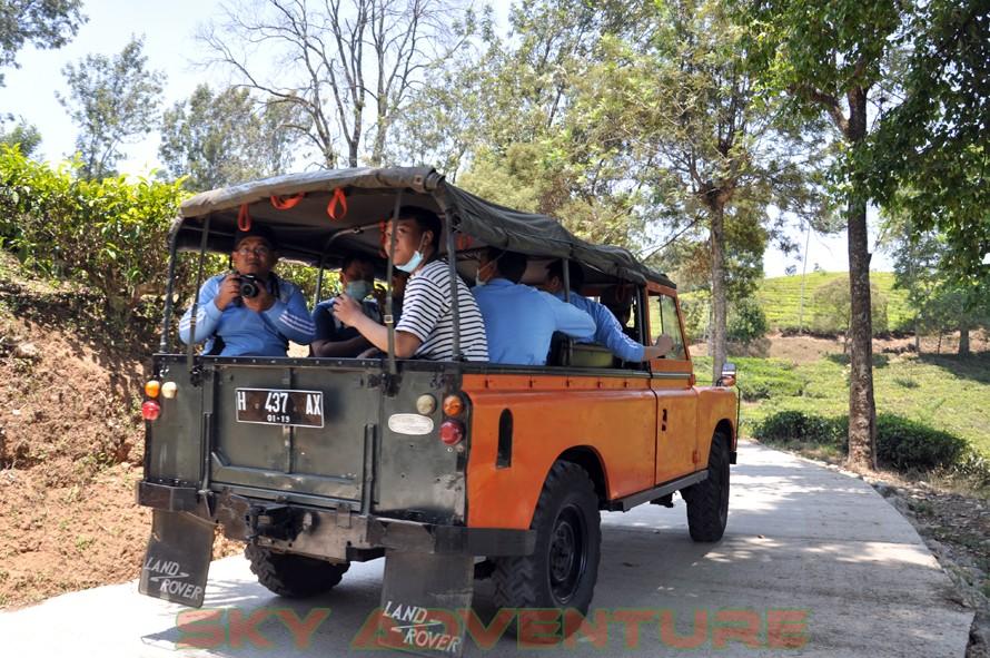wisata alam dengan land rover melalui kebun teh, gambung, gunung tilu, riung gunung, kampung laspada, rahong, situ cileunca, citere (6)